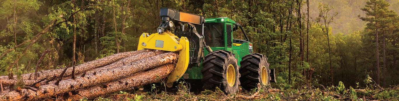 Linha de equipamentos florestais. Skidder em trabalho na floresta.