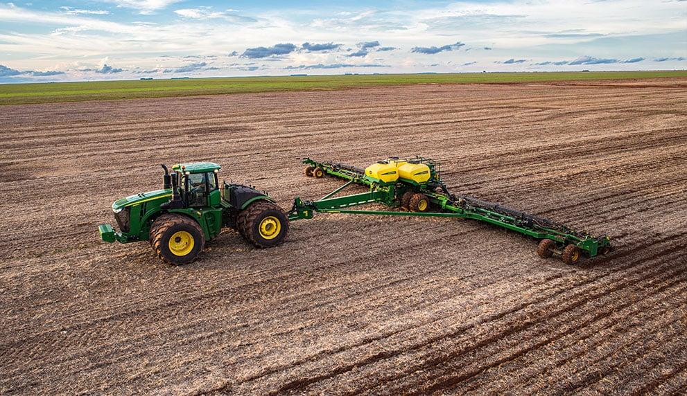 Trator Plantando com assistência remota e plantadeira db