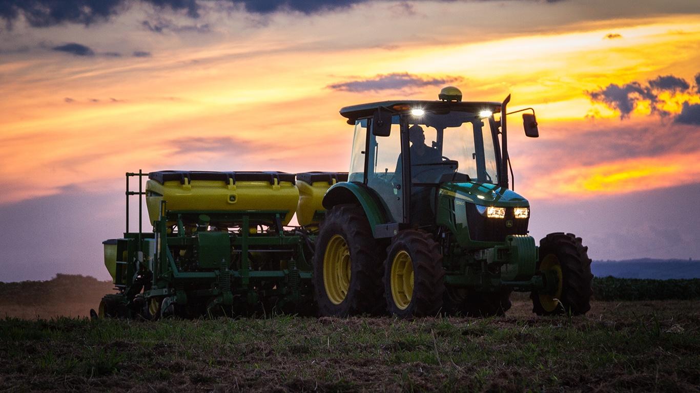 Trator Pequeno 5080E Série 5E com plantadeira 1100