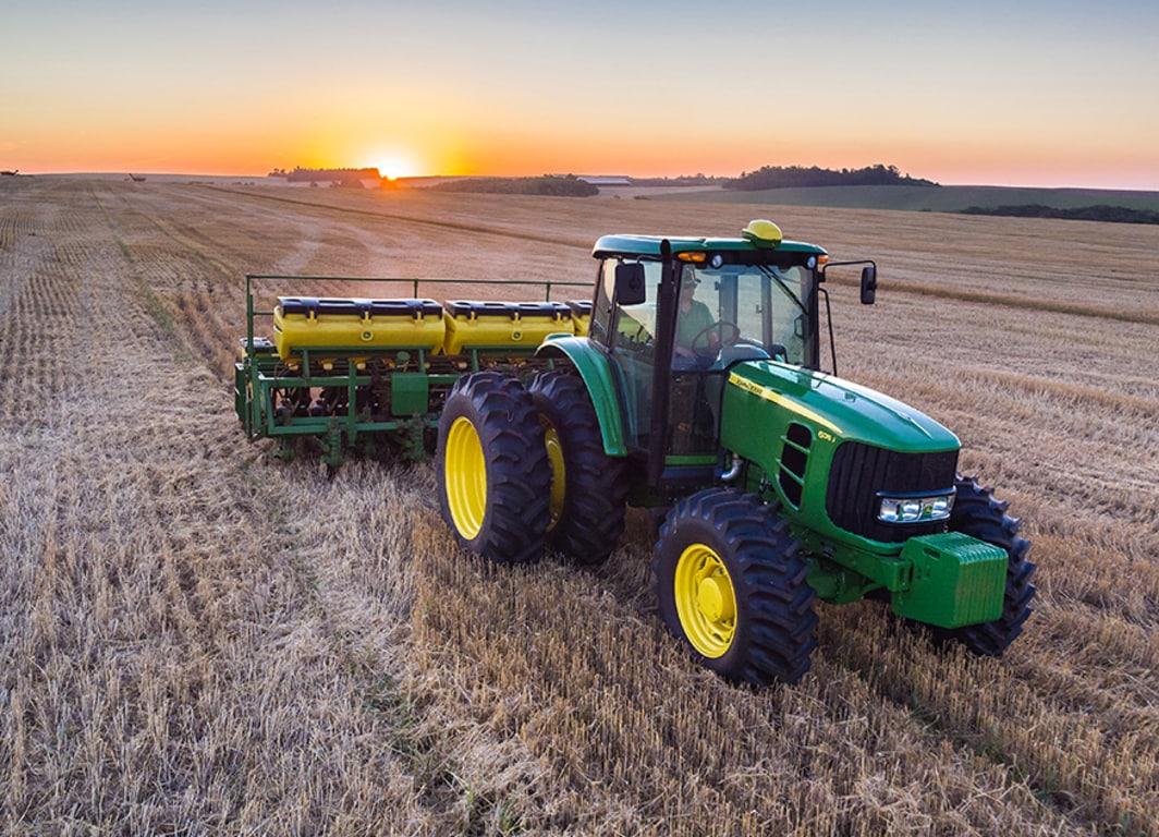 Trator 6135J. Combinação perfeita entre eficiência e versatilidade.